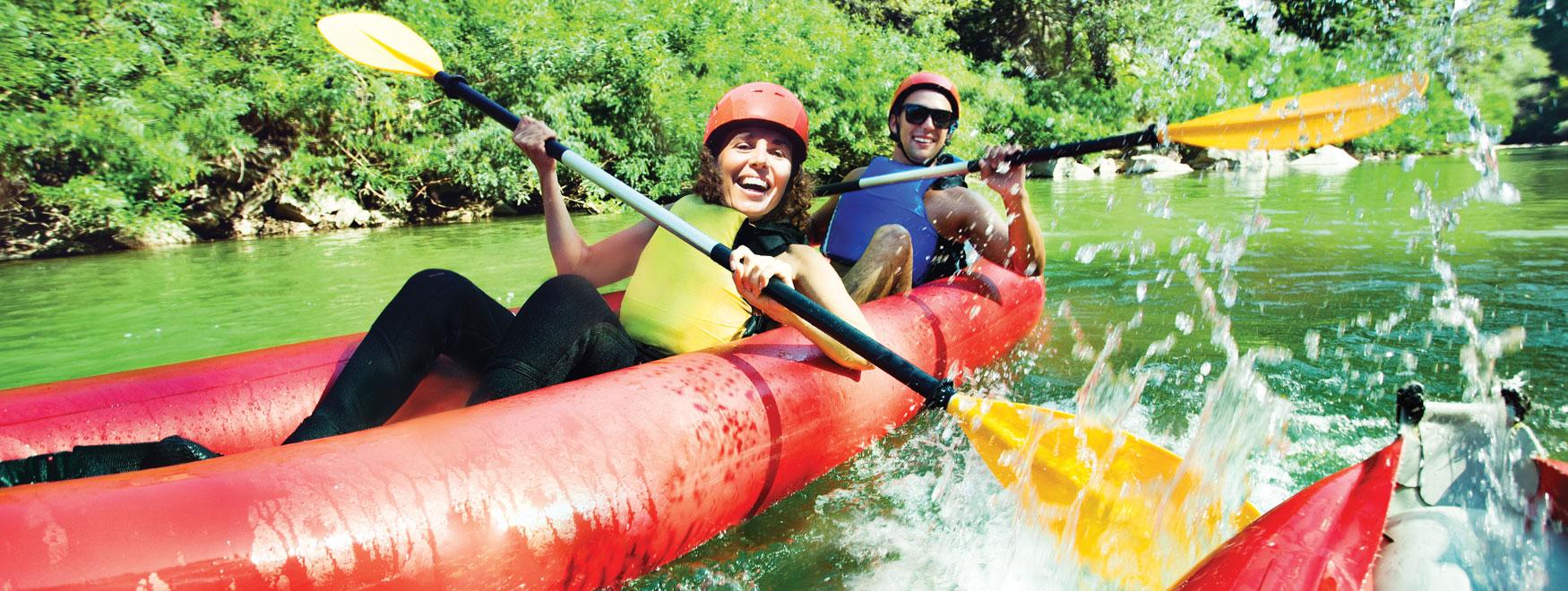 Kanu-Kajak fahren auf dem Fluss Lez