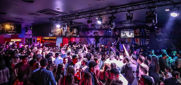 Salida Nocturna con Amigos al Australian Bar durante tu Inmersión Lingüística en Montpellier